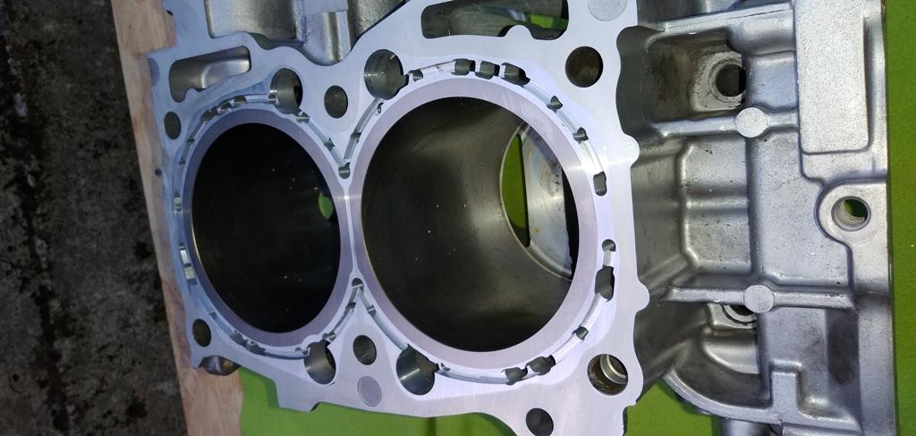 Blok-silnika-EJ25-zamknity-po-wstawieniu-tulei-Dartona-03