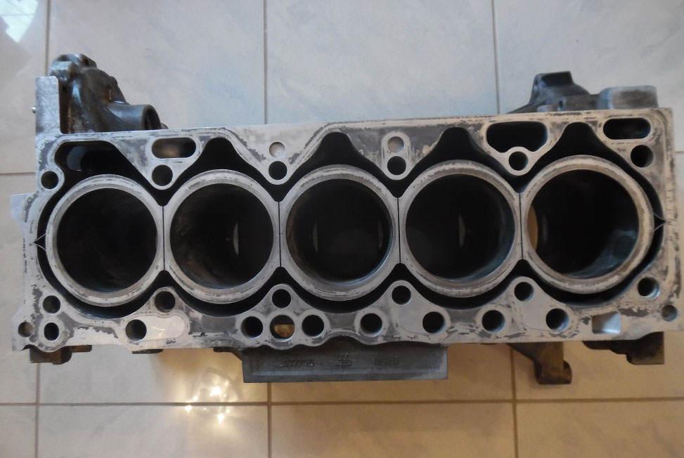 otwarty-blok-volvo-D5244T-silnik