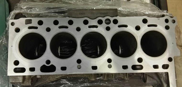 Zamykanie bloków silnika Volvo D5244T po szlifie